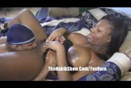 Schwarze Frau lehrt, ihre Muschi zu lecken