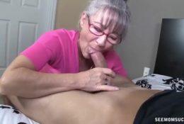 Reife Frau verführt jungen Mann zum Blowjob