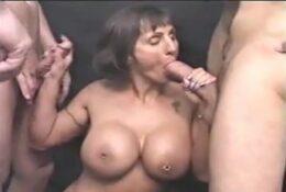 Reife Frau befriedigt den Mund von mehreren Jungs
